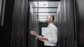 Mężczyzny serweru otwarty stojak i sprawdzać centrum danych zwolnione tempo zbiory wideo