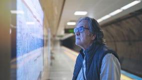 Mężczyzny spojrzenie przy mapą na metro dworcu zdjęcie royalty free