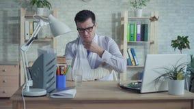 Mężczyzny urzędnik pije medycynę z łamaną ręką zdjęcie wideo