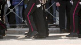 Mężczyzny wojskowego uniformu marszu nogi bereta ludzie slowmotion walczą daleko kroka wzdłuż drogi zbiory