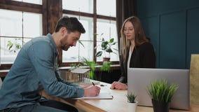 Mężczyzny znaka hipoteki kontrakt, stawiający podpis na sprzedaż zakupu do wynajęcia zgodzie, handshaking pośrednik handlu nieruc zbiory
