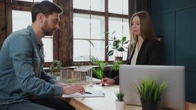 Mężczyzny znaka hipoteki kontrakt, stawiający podpis na sprzedaż zakupu do wynajęcia zgodzie, handshaking pośrednik handlu nieruc zbiory wideo