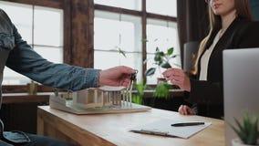 Mężczyzny znaka hipoteki kontrakt, stawiający podpis na sprzedaż zakupu do wynajęcia zgodzie, handshaking pośrednik handlu nieruc zdjęcie wideo