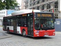 MĘŻCZYZNA Dieslowski autobus w Nuremberg Obrazy Royalty Free