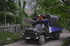 MĘŻCZYZNA NA GÓRZE ciężarówki Obrazy Royalty Free
