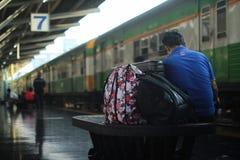 MĘŻCZYZNA SAMOTNIE PRZY stacją kolejową zdjęcie stock