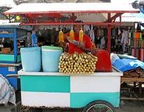 MĘŻCZYZNA SPRZEDAJE ŚWIEŻEGO trzcina cukrowa sok W INDONEZJA zdjęcie stock