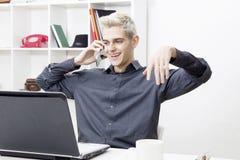 MĘŻCZYZNA W biurze Zdjęcie Royalty Free