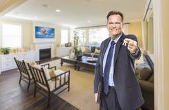 Męscy agenta nieruchomości mienia klucze w Pięknym Żywym pokoju Zdjęcie Royalty Free