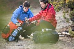 Męscy backpackers patrzeje arkanę w lesie Obrazy Stock
