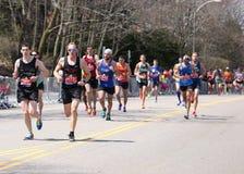 Męscy biegacze ścigają się w górę zawodu miłosnego wzgórza podczas Boston Maratoński Kwiecień 18, 2016 w Boston Zdjęcie Royalty Free