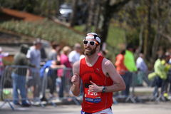 Męscy biegacze ścigają się w górę zawodu miłosnego wzgórza podczas Boston Maratoński Kwiecień 18, 2016 w Boston Fotografia Royalty Free