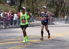 Męscy biegacze ścigają się w górę zawodu miłosnego wzgórza podczas Boston Maratoński Kwiecień 18, 2016 w Boston Zdjęcie Stock