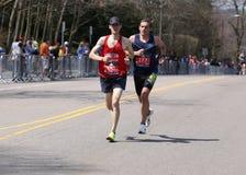 Męscy biegacze ścigają się w górę zawodu miłosnego wzgórza podczas Boston Maratoński Kwiecień 18, 2016 w Boston Obrazy Royalty Free