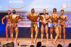 Męscy bodybuilders napinają ich mięśnie i pokazują ich najlepszy physiqu Zdjęcia Stock