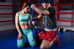 Męscy boksera narządzania bandaże dla sporty kobiety Zdjęcia Stock