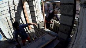 Męscy budowy laborer sztaplowania wydrążenia bloki zbiory