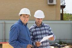 Męscy budynków inżyniery Odwiedza budowę Obrazy Stock