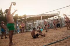 męscy Caucasians, arabowie, afrykanie bawić się siatkówkę na plaży Zdjęcia Stock