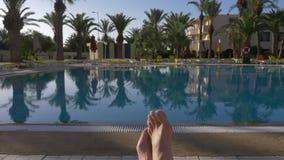 Męscy cieki kłama na deckchair przodu pływackim basenie w luksusowym miejscu zbiory