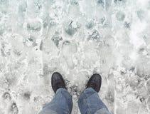 Męscy cieki w nowym buta stojaku na mokrym brudnym śniegu Obraz Royalty Free
