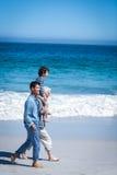 Męscy członkowie rodziny chodzi przy plażą Fotografia Royalty Free