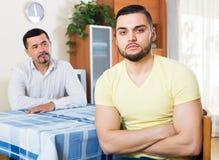 Męscy dorosli dyskutuje o coś Obrazy Stock