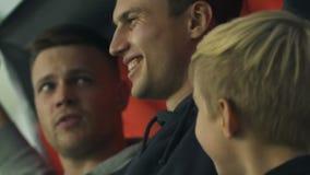 Męscy fan macha niemiec flagę i podporową ulubioną drużyny futbolowej przy stadium zdjęcie wideo