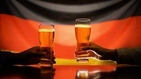 Męscy fan wznosi toast z piwem na niemiec flagi tle, świętuje zwycięstwo zbiory wideo