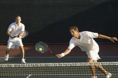 Męscy gracze Bawić się tenisa Obrazy Royalty Free