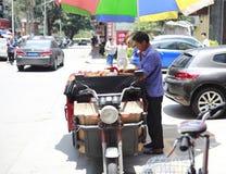 Męscy handlowowie sprzedaje brzoskwinię Zdjęcie Royalty Free