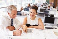Męscy i żeńscy coworkers przy biurkiem w architekcie? s biuro Obraz Stock