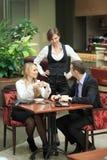 Męscy i żeńscy koledzy w kawiarni Obraz Royalty Free