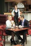 Męscy i żeńscy koledzy w kawiarni Obrazy Royalty Free