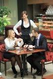 Męscy i żeńscy koledzy w kawiarni Zdjęcia Stock