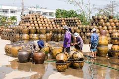 Męscy i żeńscy pracownicy myje smoka kwiatu deseniowych garnki Obraz Stock