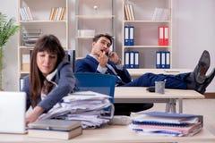 Męscy i żeńscy pracownicy w biurze obrazy stock