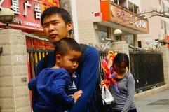Męscy i żeńscy turyści chodzi na chodniczku Fotografia Royalty Free