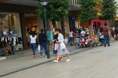 Męscy i żeńscy turyści chodzi na chodniczku Obrazy Royalty Free