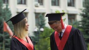Męscy i żeńscy ucznie kończy studia od uniwersyteta, szczęśliwy przyjaciół opowiadać zbiory wideo