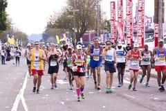 Męscy i Żeńscy biegacze przy kompanami Ultra Maratońskimi Zdjęcie Royalty Free