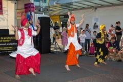 Męscy Indiańscy tancerze wykonuje przy Diwali festiwalem w tradycyjnych kostiumach Zdjęcie Stock