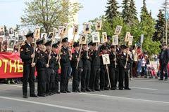 Męscy kadeci w jednolitych chwytów portretach krewni w Nieśmiertelnym pułku na 9 Maju, 2016 w Ulyanovsk, Rosja Zdjęcia Stock