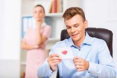 Męscy kierownictw spojrzenia zachwycający podczas gdy czytać Zdjęcie Stock