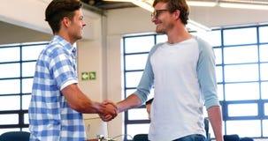 Męscy kierownictwa trząść ręki w biurze zbiory wideo