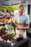 Męscy kwiaciarni ułożenia kwiaty Obrazy Stock