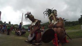 Męscy miejscowi biją Ifugao gongi podczas szkolnej taniec prezentaci zbiory