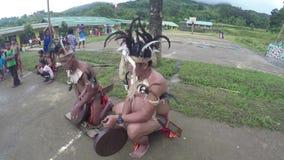 Męscy miejscowi biją Ifugao gongi podczas szkolnej taniec prezentaci zbiory wideo