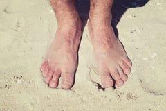 Męscy nadzy cieki w ciepłym piasku na pogodnej plaży podczas wakacje Fotografia Stock