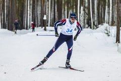 Męscy narciarki atlety mężczyzna w zim drewnach uwalniają styl Fotografia Stock
